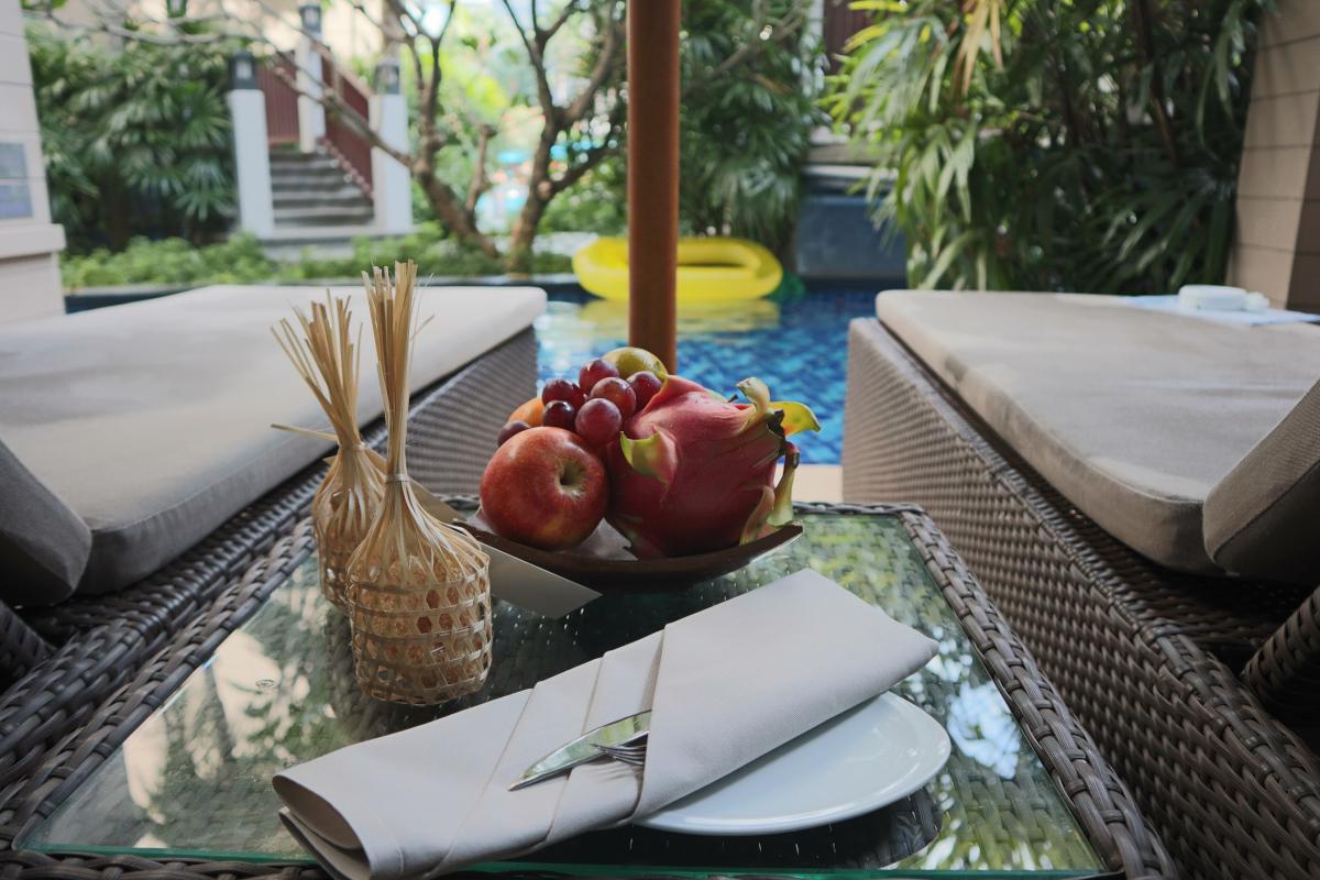 Grand Mercure Phuket プールとフルーツ